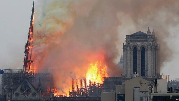 최근 발생한 화재로 불탄 노트르담 성당.