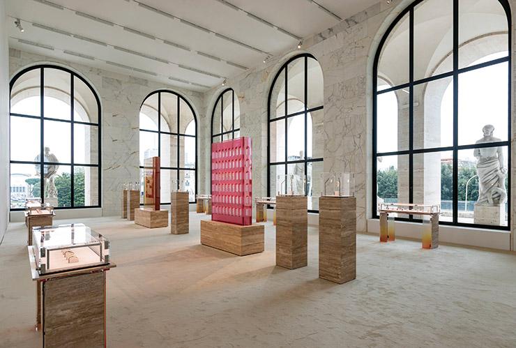 건물 외벽을 장식한 아치를 그대로 본뜬 핑크빛 분수와 더블 F 로고를 활용한 군더더기 없는 분수가 행사장을 장식했다.