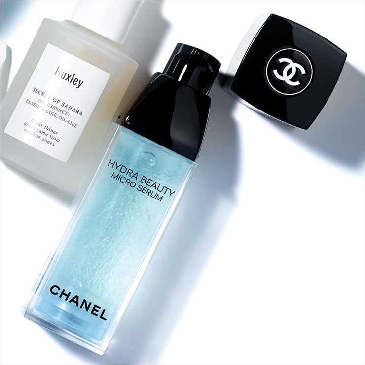 피부에 닿는 순간 물처럼 변해 수분을 흠뻑 머금은 피부로 만들어준다. 이드라 뷰티 마이크로 쎄럼, 13만원, Chanel.