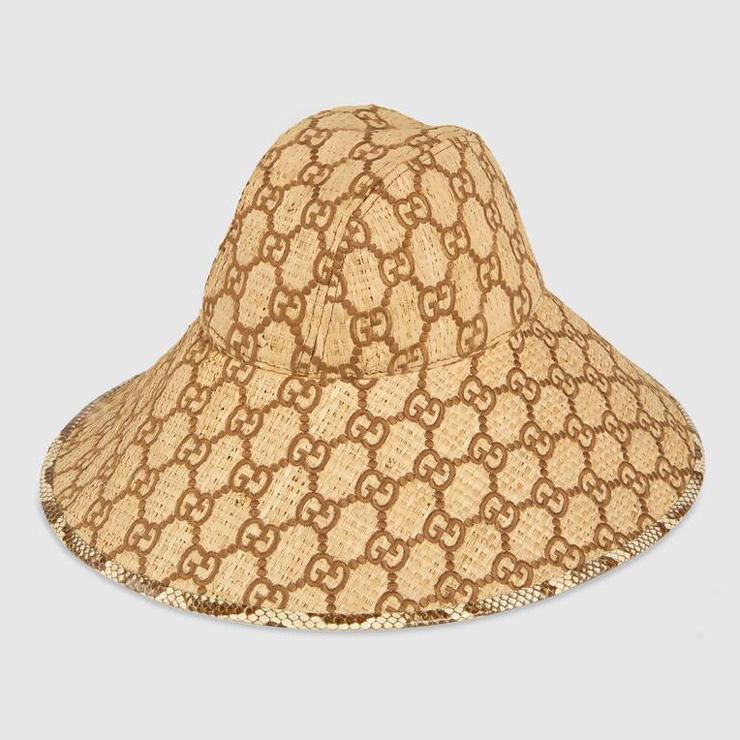 브라운 컬러 GG 모티브의 라피아 소재와 스네이크 스킨 트림이 돋보이는 챙 넓은 모자, Gucci