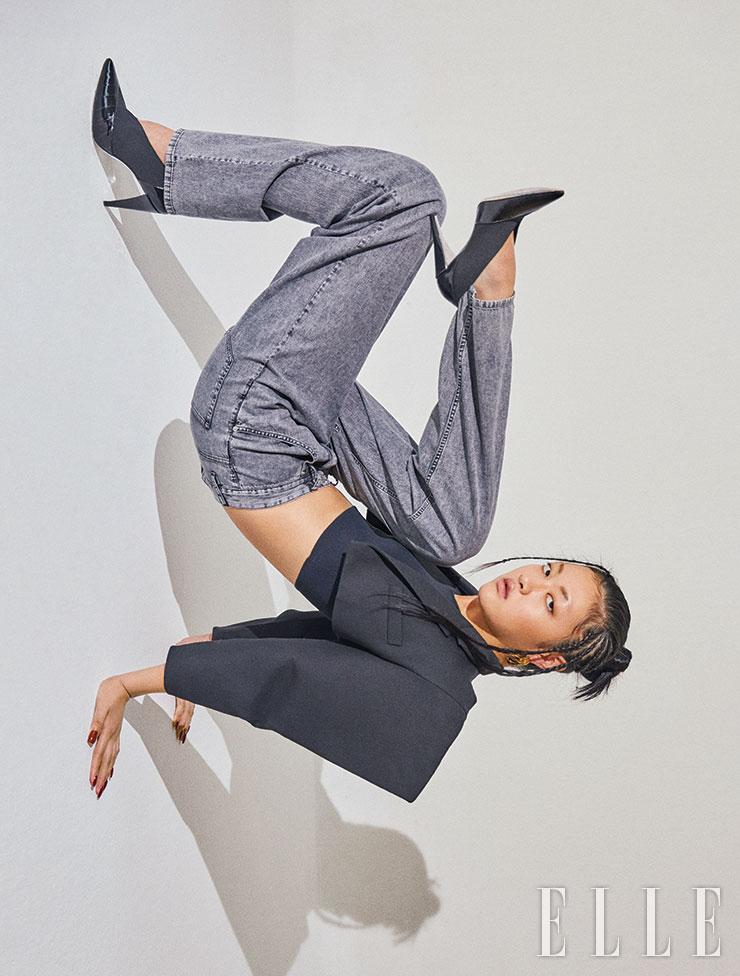 구조적 디자인의 쇼트 재킷과 블랙 니트 톱은 가격 미정, 모두 Celine by Hedi Slimane. 하이웨이스트 워싱 데님 팬츠는 67만8천원, Isabel Marant. 스틸레토 힐은 가격 미정, Givenchy. 골드 후프 이어링은 가격 미정, Balenciaga.