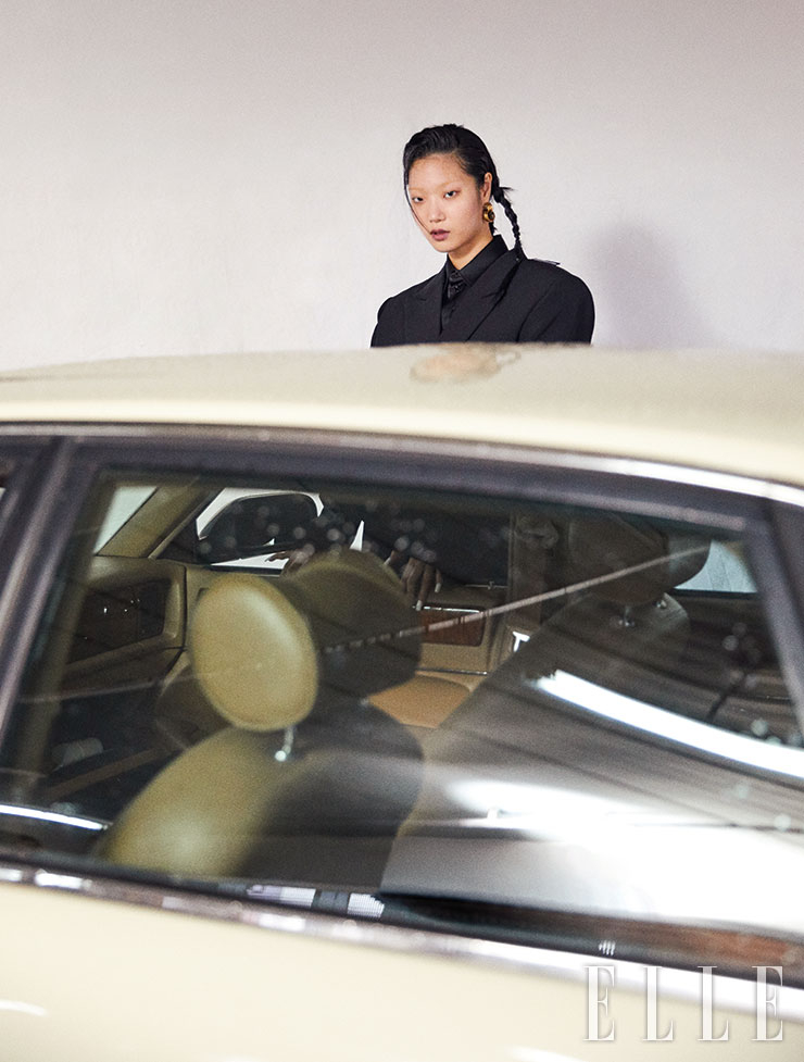 오버사이즈 재킷은 2백91만5천원, 블랙 셔츠와 골드 후프 이어링은 가격 미정, 모두 Balenciaga.
