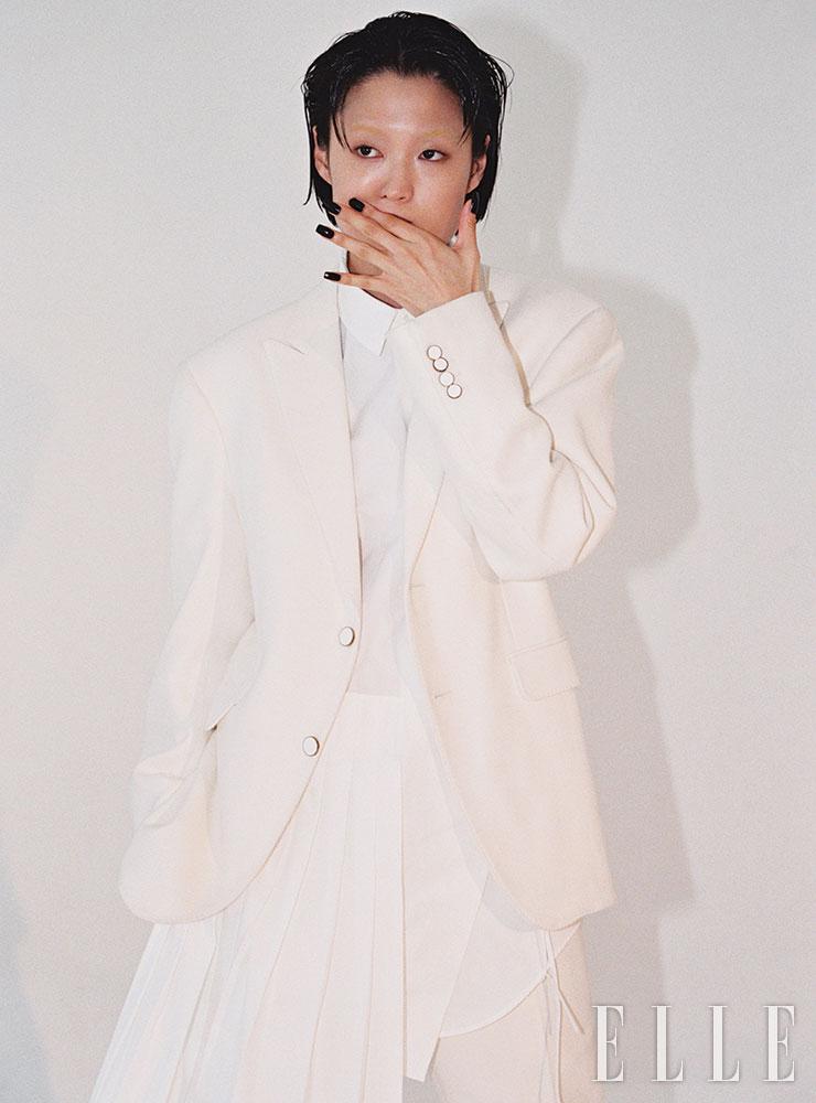 오버사이즈 투 버튼 재킷과 팬츠는 가격 미정, 모두 Louis Vuitton. 플리츠 디테일의 롱 셔츠는 1백20만원, Off-White™.