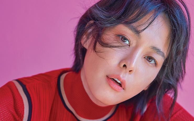 드라마 <보이스 3>에서 열연중인 배우 이하나의 색다른 7월호 화보 미리보기.