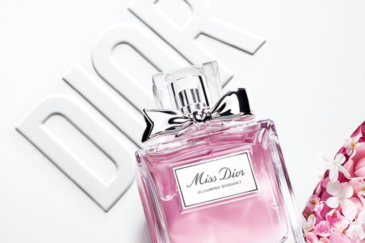 올여름 사랑의 향기를 담은 모던하고 우아한 향은 어때요? 디올의 '미스 디올 썸머 리추얼'은 로맨틱한 한여름 서머 무드를 완성해줄 사랑의 아이템이랍니다.