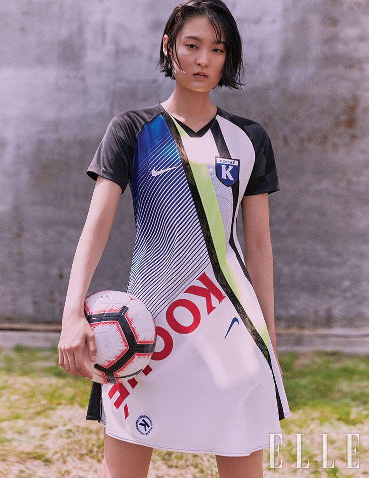 코셰(Koche′)와의 협업으로 선보인 로고 프린트의 저지 원피스는 Nike FEFA Collection. 축구공은 Nike.