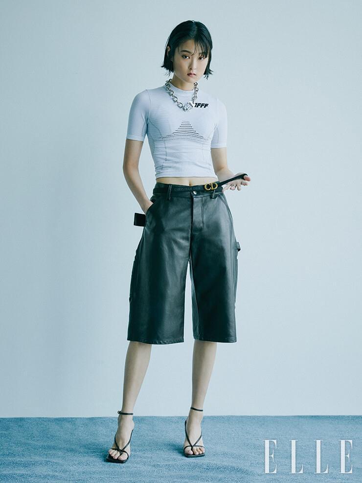 브랜드 로고 포인트의 스포티한 티셔츠는 41만원, 체인 네크리스는 66만원, 모두 Off-White™. 가죽 버뮤다 팬츠와 스트랩 샌들은 가격 미정, 모두 Bottega Veneta. 로고 버클 벨트는 가격 미정, Dior.