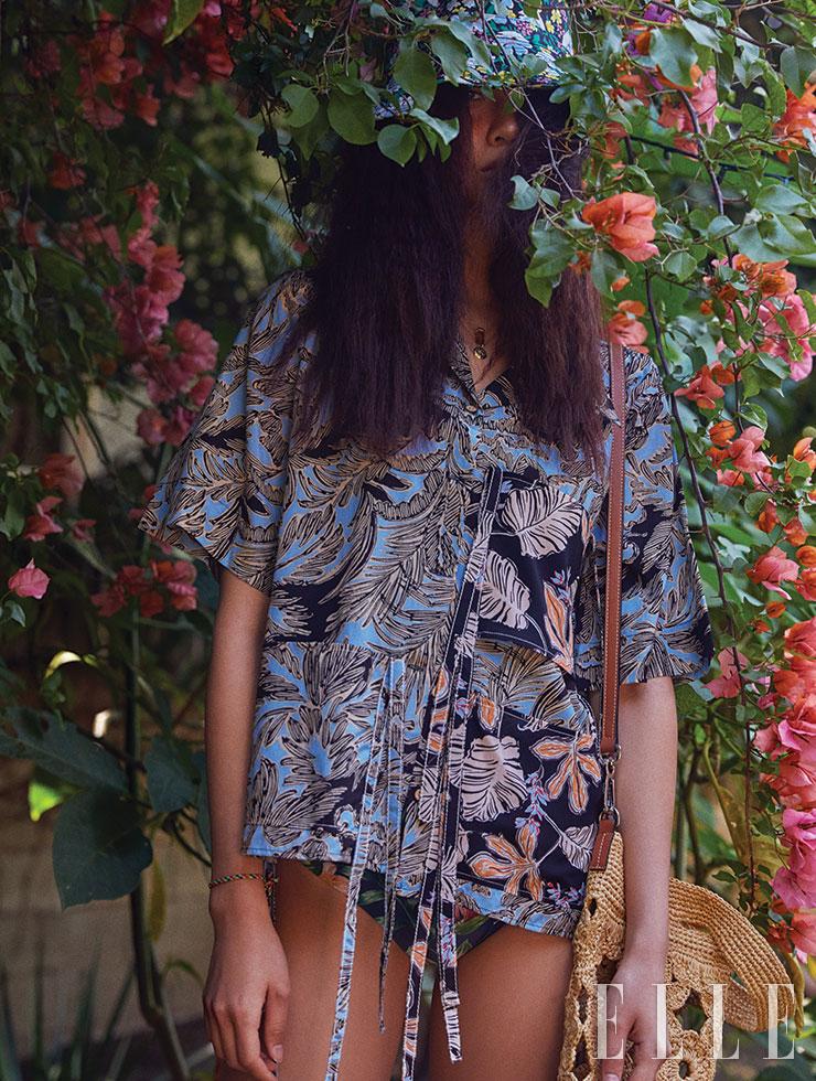 박시한 실루엣의 나뭇잎 프린트 셔츠는 76만원, 3.1 Phillip Lim. 트로피컬 프린트의 스윔수트는 1만7천원, H&M. 오버사이즈 라피아 백은 1백20만원, Loewe. 플라워 프린트 버킷 햇은 11만9천원, Maje.