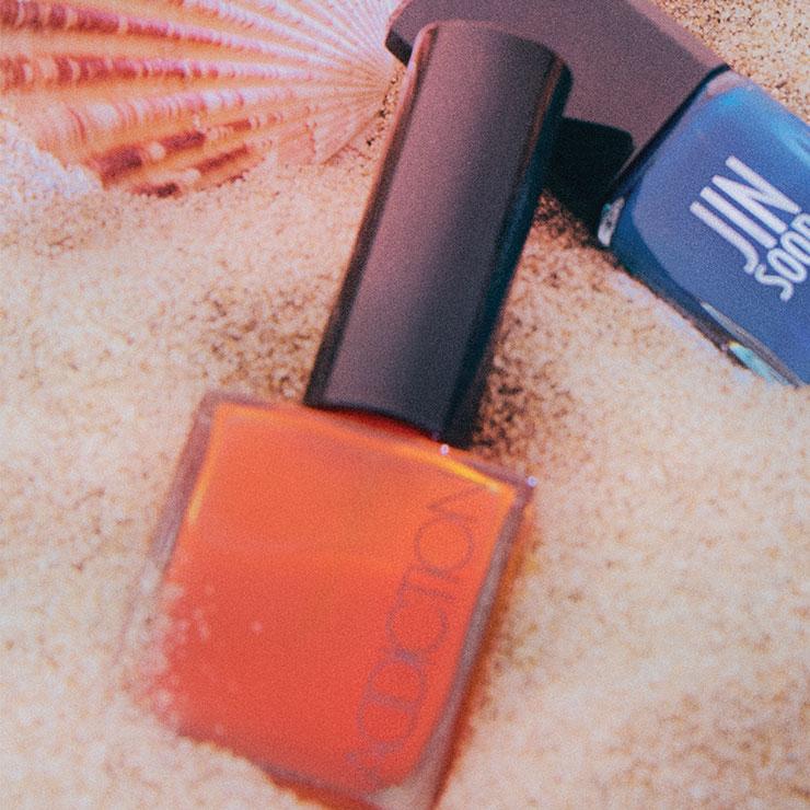 부드럽게 발리지만 강력한 발색을 자랑하는 오렌지 네일 폴리시, 056, 2만2천원, Addiction.