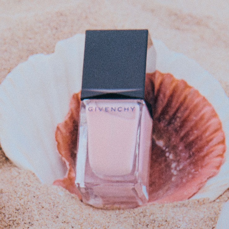 핑크빛이 가미된 투명한 네일. 바르고 나면 유리알 같은 광택이 특징이다. 르 베르니, N02, 3만원, Givenchy Beauty.