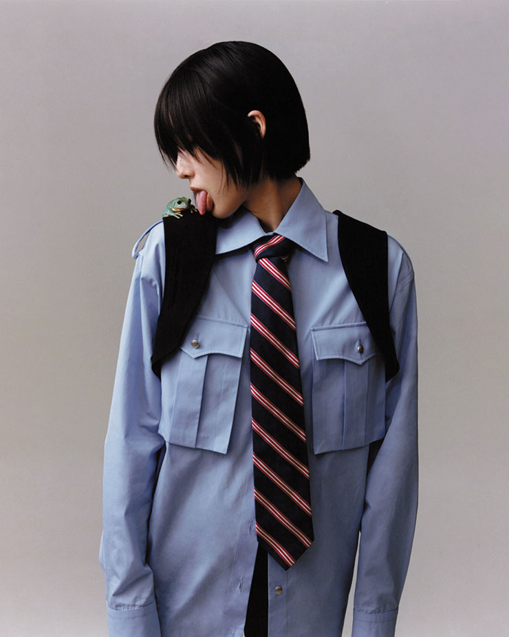 빅 포켓 장식의 셔츠는 가격 미정, Prada. 미니 베스트는 25만원, Comme des Garçons Comme des Garçons. 스트라이프 패턴의 타이는 12만9천원, Brooks Brothers.