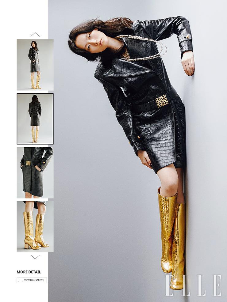 블랙 코트와 버클 장식 벨트, 레이어드 스타일로 연출한 네크리스, 골드 롱부츠는 가격 미정, 모두 Chanel.