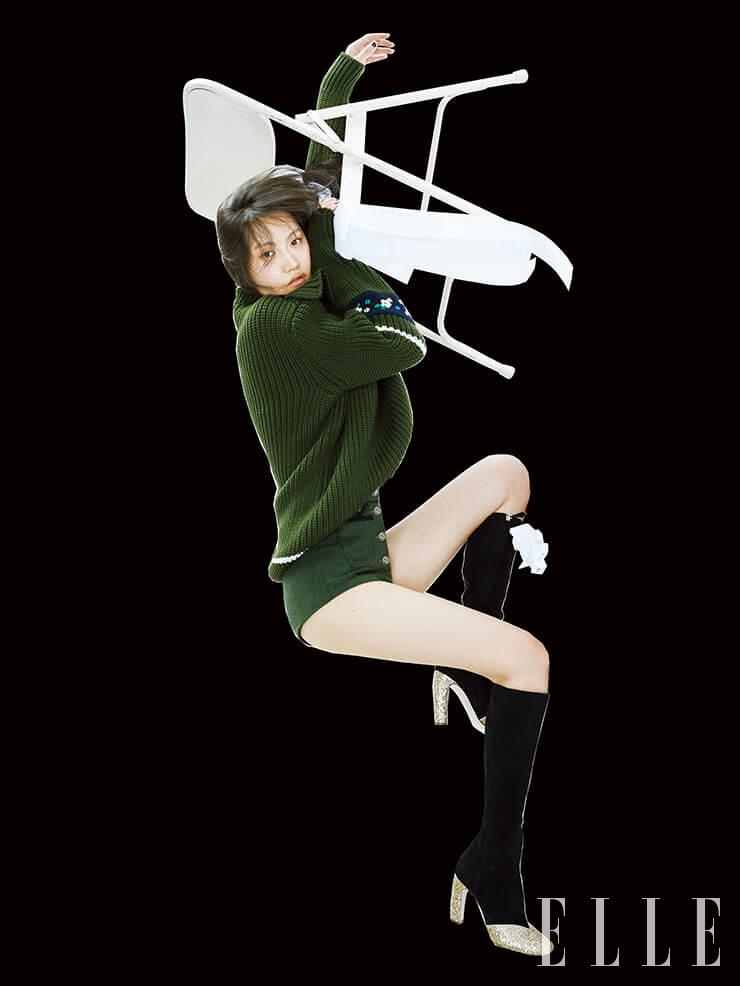 청키한 스웨터와 하이웨이스트 쇼츠, 골드 글리터 디테일의 롱부츠는 가격 미정, 모두 Miu Miu.