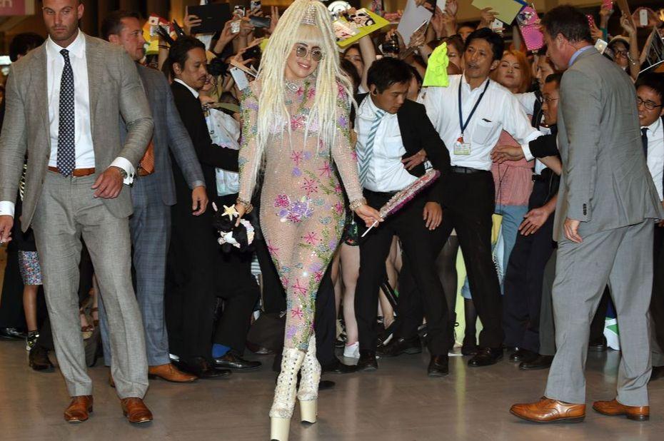 이쯤이면 저 세상 텐션 인정?! 평범함을 넘어 기이하기까지 한 스타들의 공항 패션 씬을 모아봤어요.