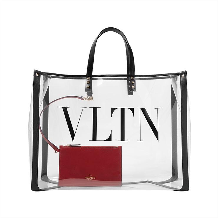 VLTN 로고가 새겨진 라지 사이즈 PVC 쇼퍼백은 1백10만원대, Valentino Garavani.