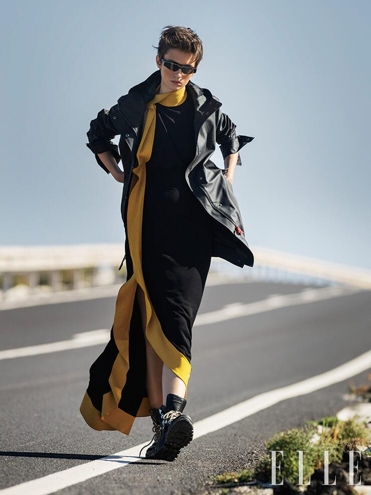 후드가 달린 레인코트는 235파운드, Hunter. 옐로 파이핑 장식의 드레스는 4212파운드, Givenchy. 레이스업 부츠는 295파운드, The Kooples. 사이파이 선글라스는 295파운드, Balenciaga.