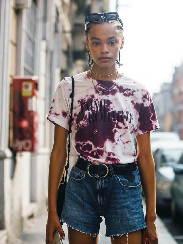 데님은 타이다이 패턴과 가장 잘 어울리는 단짝. 블루베리 컬러로 염색한 티셔츠와 데님 쇼츠를 완벽하게 소화한 모델의 모습.