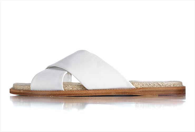견고한 가죽 에스파드리유 슬라이드는 80만원대, Loro Piana.
