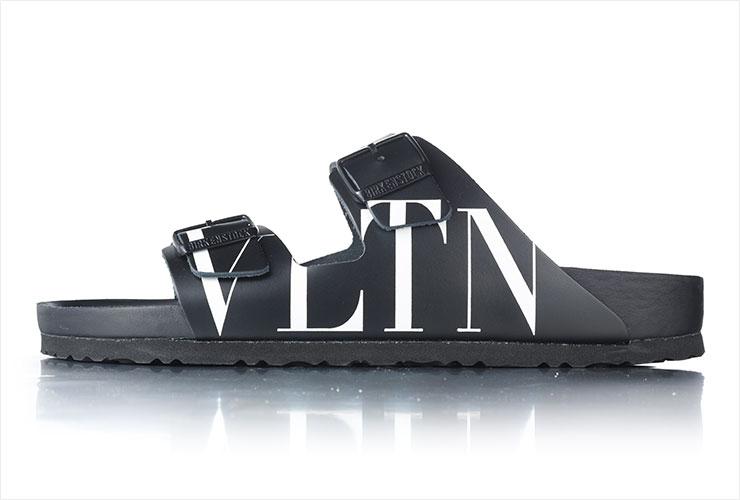 전면에 로고를 장식한 슬라이드는 58만원, Valentino Garavani x Birkenstock.
