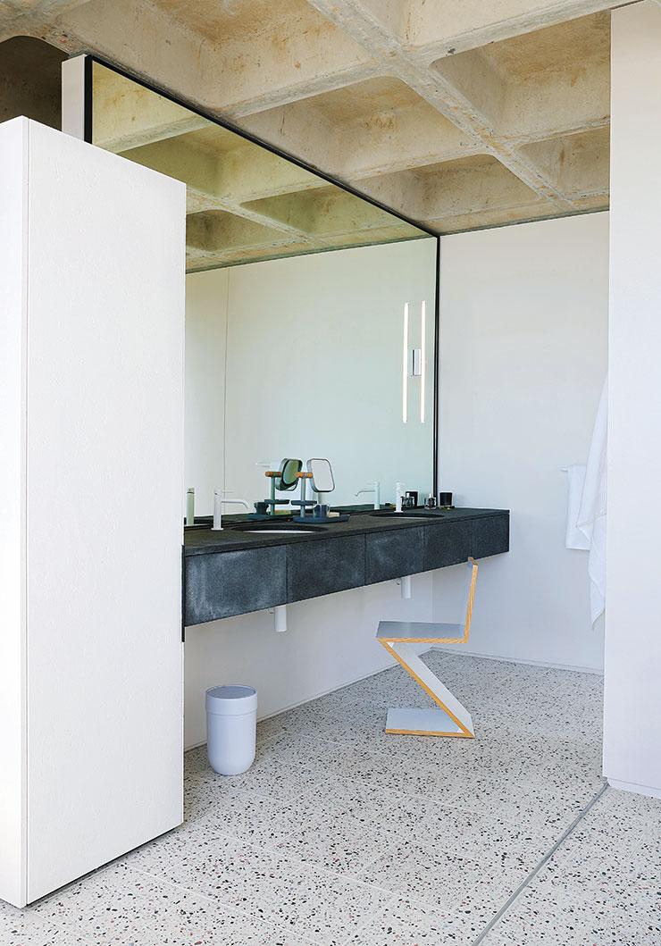 욕실 거울 앞에 놓인 '지그재그' 체어는 Cassina.
