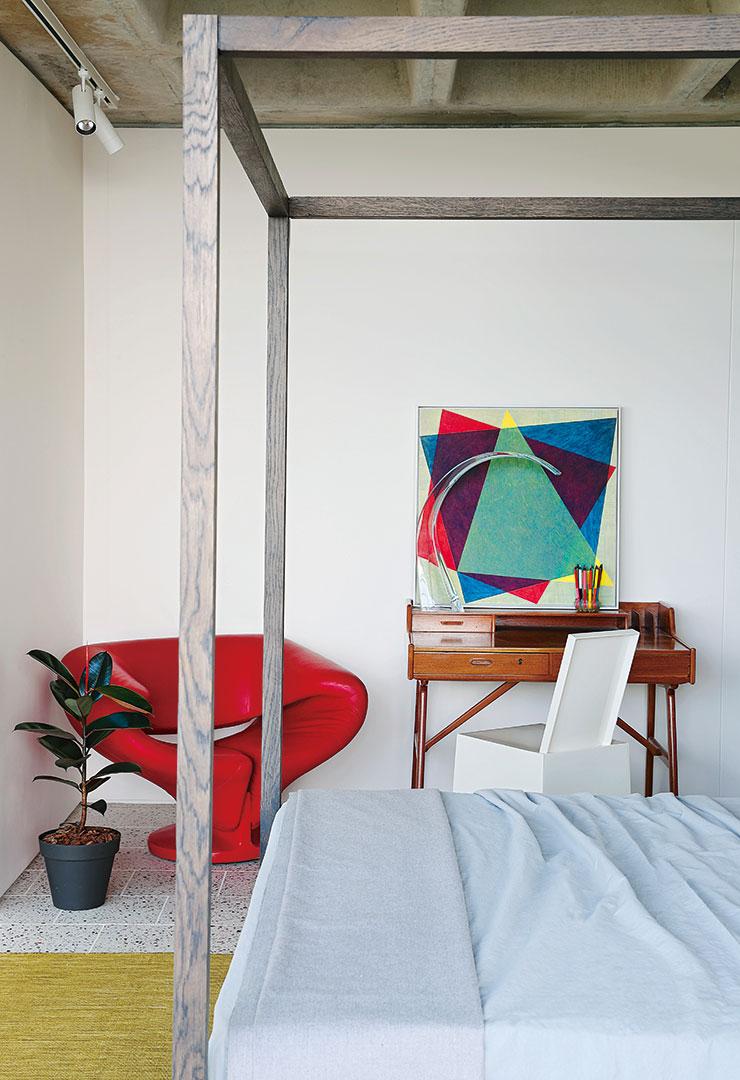 피에르 폴랑의 대표작인 '리본' 체어와 카르텔의 '미스 레스' 체어가 자리한 방.