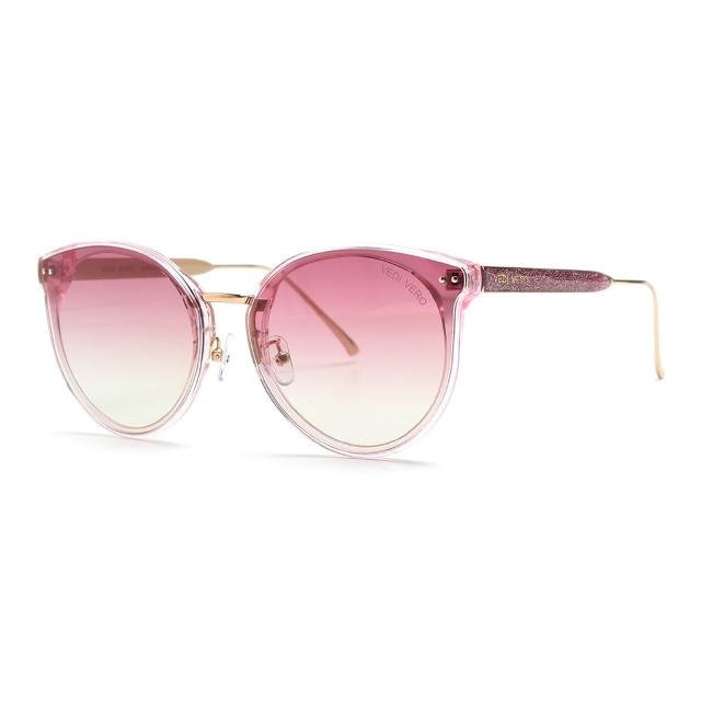 러블리한 핑크 컬러에 그라데이션 렌즈로 포인트를 준 선글라스는 26만4천원, Vedi Vero.