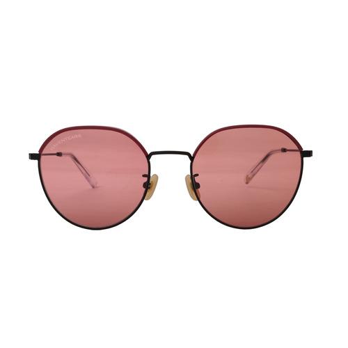 톤 다운된 렌즈와 림 윗부분에 핑크 컬러가 가미된 프레임이 특징인 선글라스는 20만8천원, Raventears.