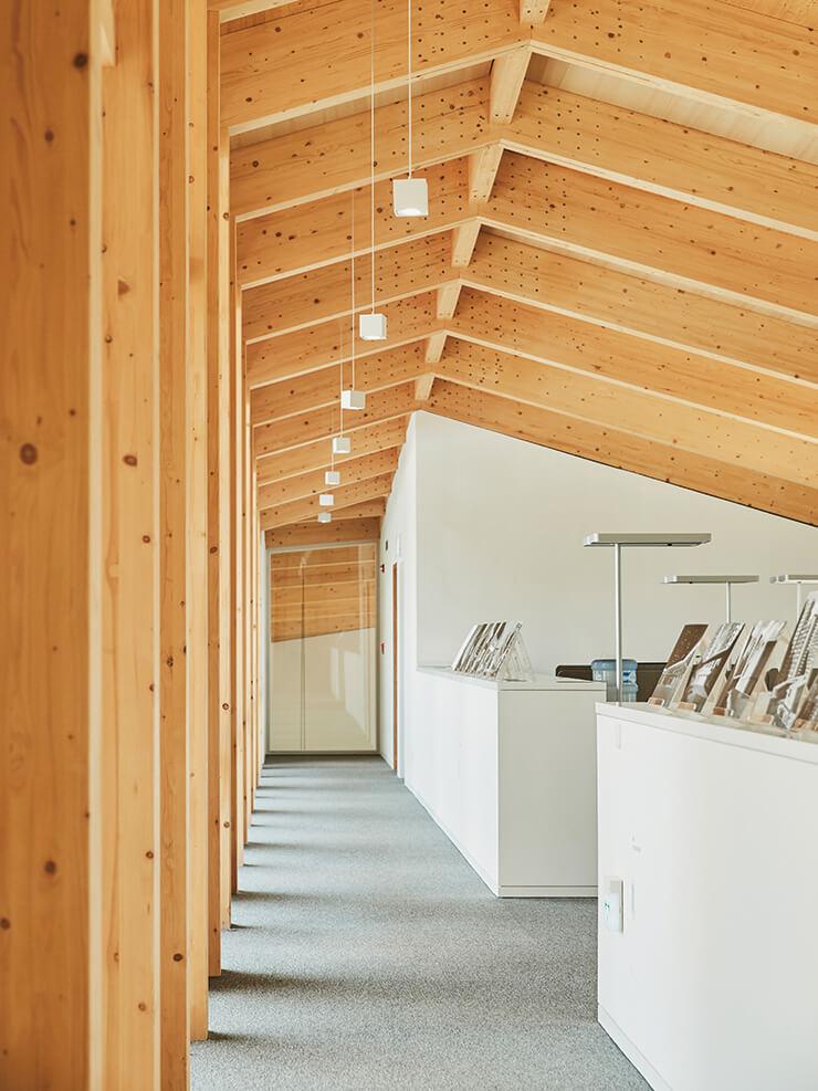 사무 공간. 지붕의 뼈대를 만드는 서까래가 공간의 모티프를 명확히 보여준다.