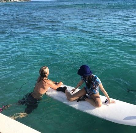 서핑을 즐기는 블랙핑크 제니