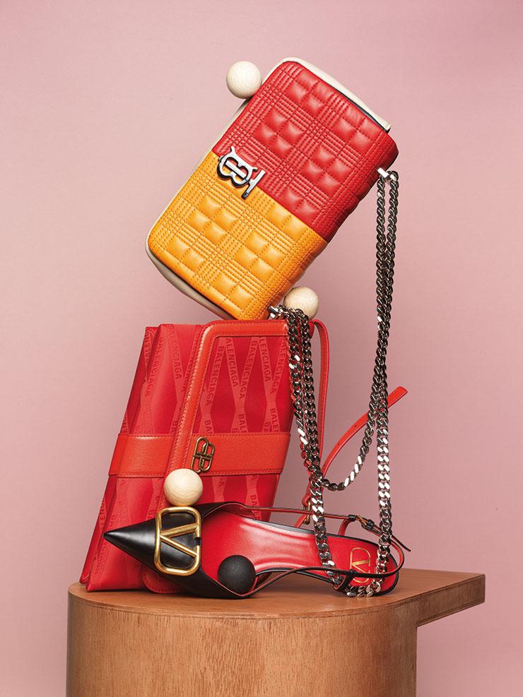 독특한 컬러 배색의 '로라' 백은 가격 미정, Burberry. 마름모꼴 형태가 특징인 '시프트' 백은 가격 미정, Balenciaga. 큼직한 V 로고 디테일이 장식된 슬링백은 1백7만원, Valentino Garavani.