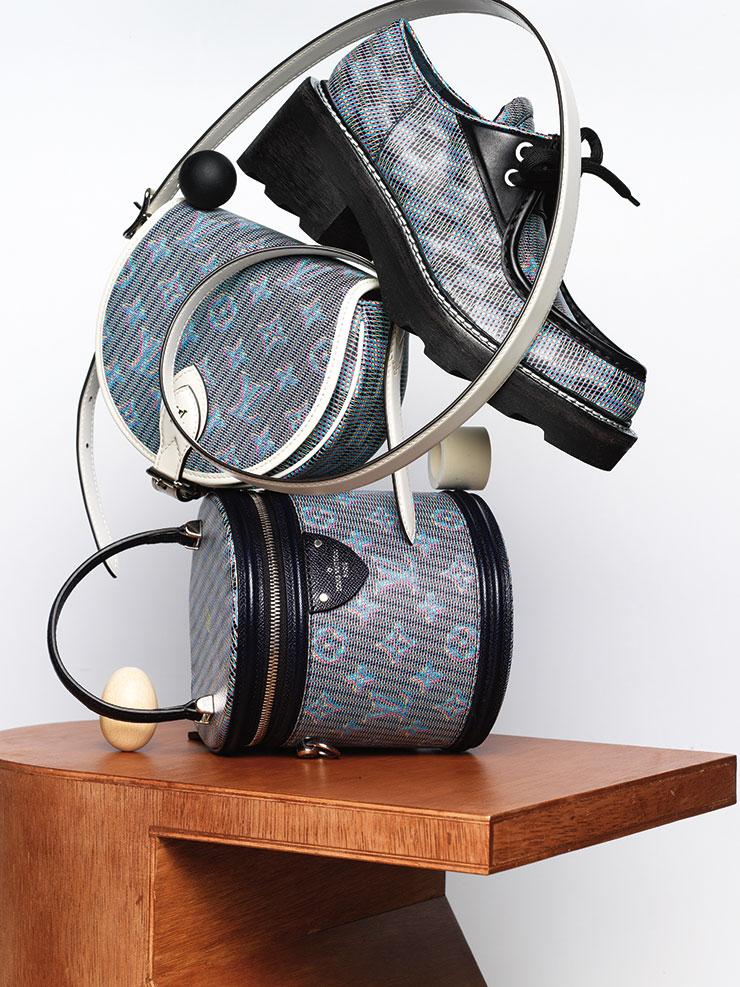 클래식한 디자인의 로퍼, 한국 익스클루시브로 선보인 '모노그램 LV 팝 패턴 탬버린' 백과 원통형의 '모노그램 LV 팝 패턴 깐느' 백은 모두 가격 미정, Louis Vuitton.
