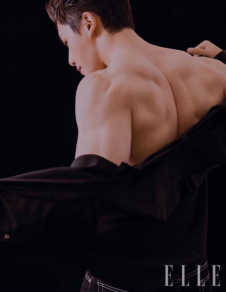 블랙 셔츠는 Songzio Homme. 블랙 스티치 팬츠는 Sandro Homme.