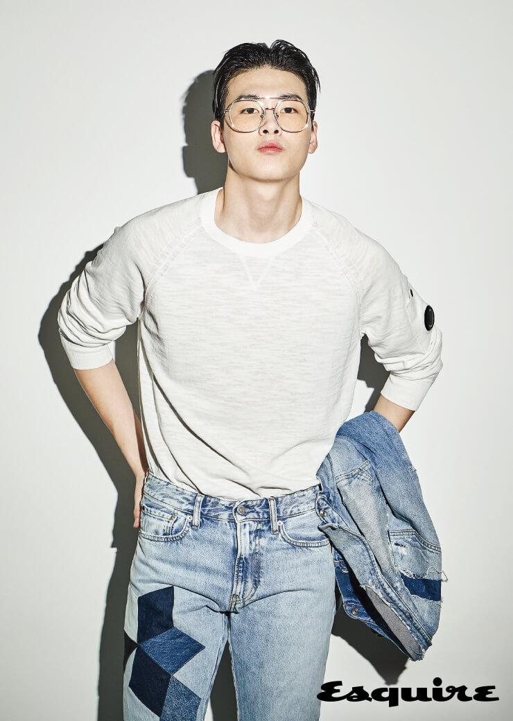 데님 재킷, 팬츠 모두 가격 미정 캘빈클라인 진. 흰색 니트 톱 31만9000원 C.P.컴퍼니. 안경 가격 미정 젠틀몬스터.