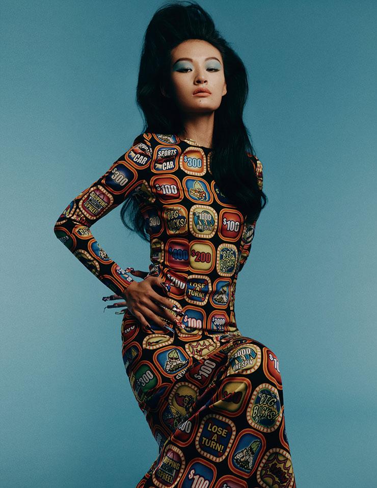 서희가 입은 팝아트적인 패턴의 롱 드레스는 2백15만원, Moschino.