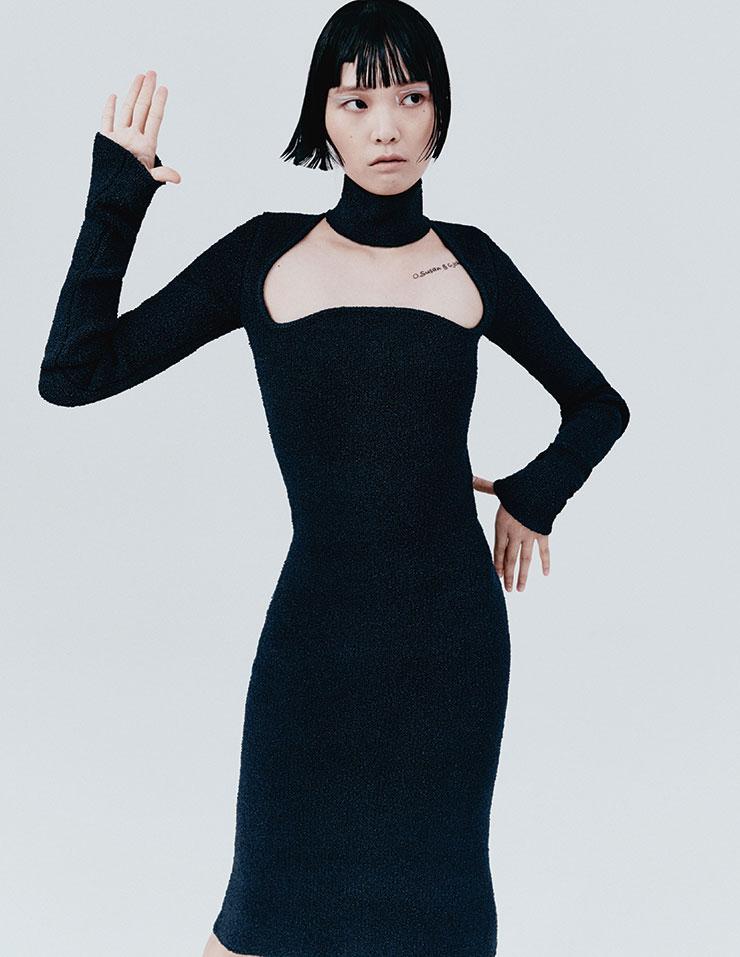 모던한 컷아웃 디테일의 니트 드레스는 가격 미정, 모두 Bottega Veneta.