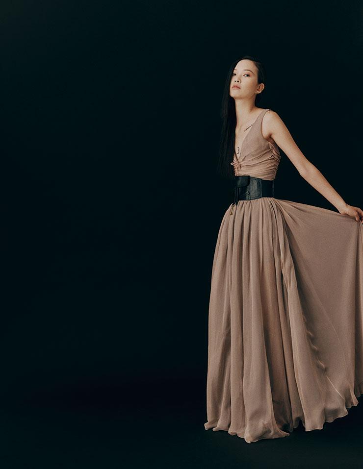 란마가 입은 시폰 점프수트와 랩스커트, 키튼 힐, 벨트 백은 가격 미정, 모두 Dior.