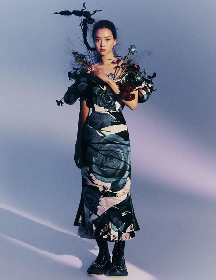 파란 장미 프린트의 오프숄더 드레스와 펑키한 감성의 레이스업 부츠는 가격 미정, 모두 Alexander McQueen.