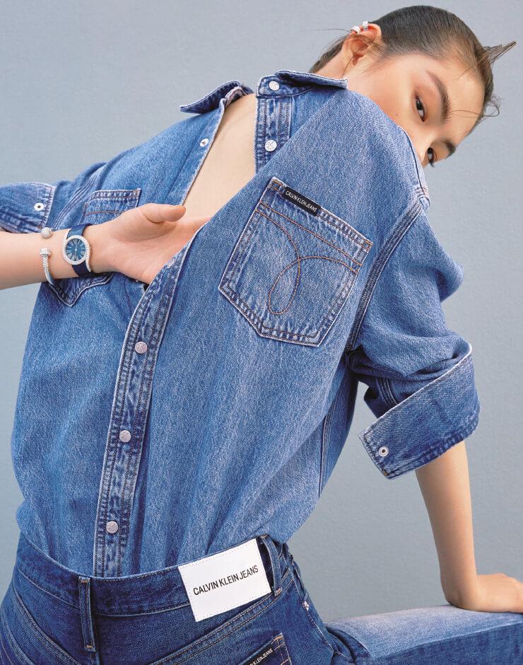 다이아몬드가 장식된 '코코 크러쉬' 귀고리는 가격 미정 Chanel Fine Jewelry, 화이트 골드의 '포제션' 팔찌, 62개의 브릴리언트 컷 다이아몬드가 세팅된 '라임라이트 갈라' 시계는 모두 가격 미정 Piaget, 셔츠는 가격 미정, 팬츠는 25만9천원 모두 Calvin Klein Jeans.