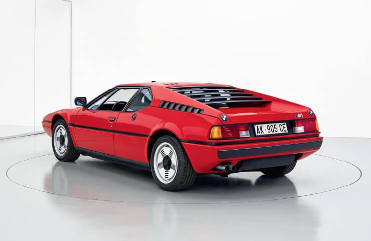 1979년에 출시한 미드십 엔진의 BMW M1. 유리섬유 차체를 바탕으로 트랙 경주용 차로 개발했다. 단 453대만 제작해 희귀하다.