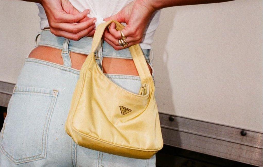 90년대 바이브의 백 연출법. 가방은 무조건 겨드랑이 아래로 바짝 붙여주세요. 가방 크기는 작을수록, 끈 길이는 짧을수록 좋 아요!<br/>