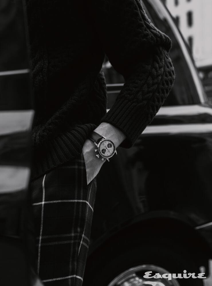 HAMILTON 인트라-매틱 오토 크로노, 40mm 스테인리스스틸, 검은색 송아지 가죽 스트랩, 282만원. 울 스웨터, 타탄체크 팬츠 모두 베르사체.