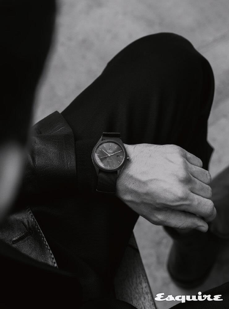 RADO 하이퍼크롬 울트라 라이트, 43mm  하이-테크 세라믹, 갈색 나토 스트랩, 367만원. 검은색 가죽 재킷, 검은색 울 팬츠, 짙은 갈색 가죽 부츠 모두 벨루티.