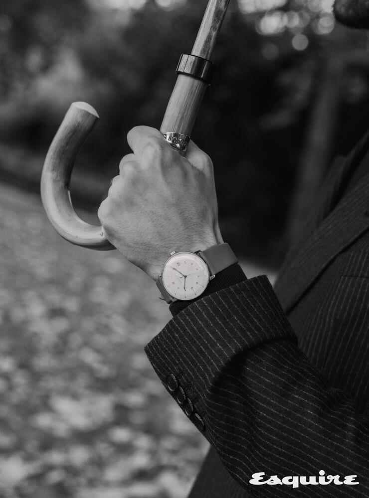 JUNGHANS 막스 빌 오토매틱, 38mm 스테인리스스틸, 회색 가죽 스트랩, 168만원. 핀스트라이프 울 블렌드 블레이저 타이거 오브 스웨덴. 우산 윌리엄 앤 선.