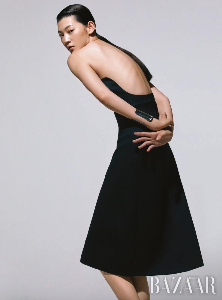 드레스는 Prada, 볼드한 커프는 Hermès, 반지는 49만원 Tom Wood by BOONTHESHOP.