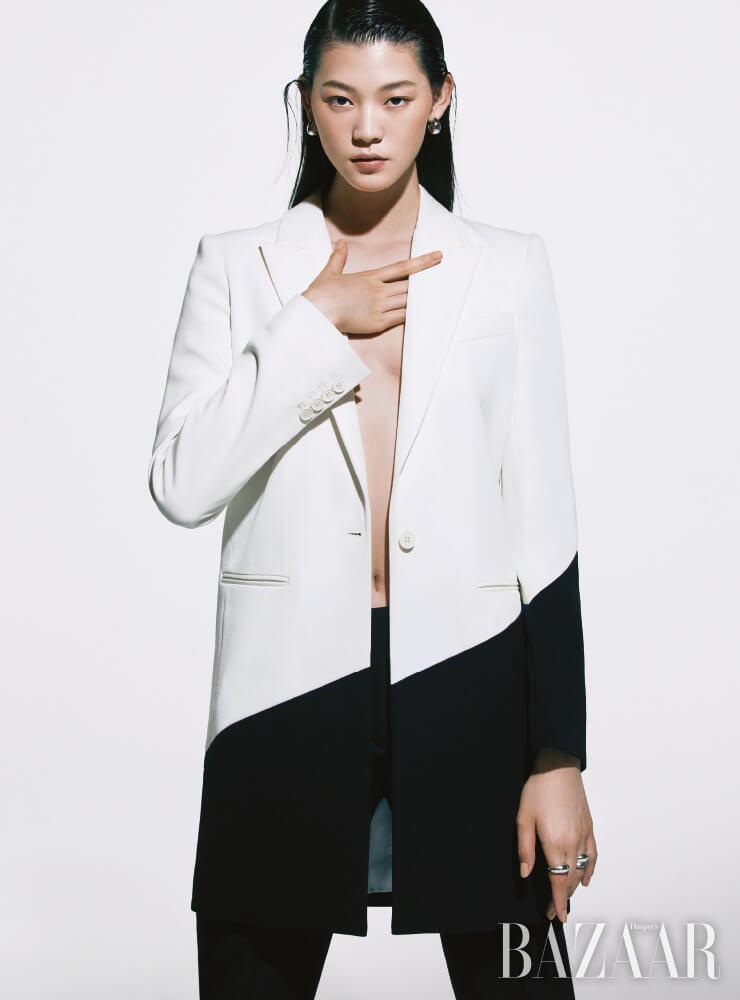 재킷, 팬츠는 모두 Givenchy, 귀고리는 29만원 Tom Wood by BOONTHESHOP, 검지에 낀 반지는 18만8천원, 중지에 낀 반지는 (위부터) 각각 21만8천원, 16만8천원 모두 Hyères Lor.