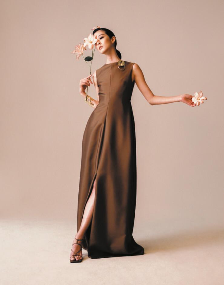 구조적인 실루엣의 드레스, 브로치, 커프, 슈즈는 모두 LEBEIGE.