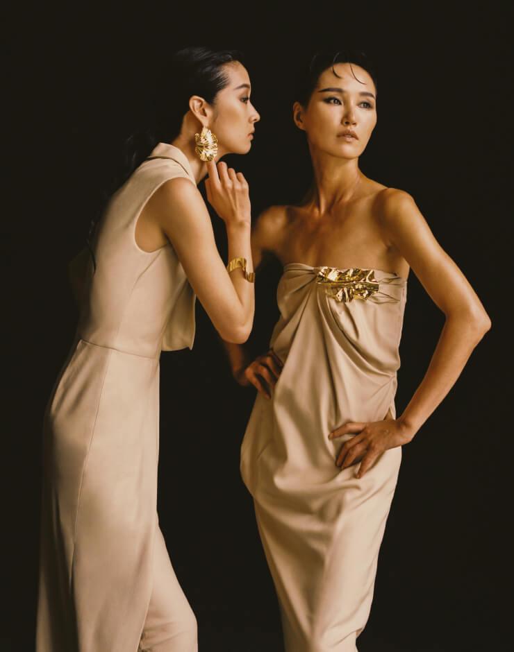 모두 2009년 론칭 기념으로 디자인한 베이지 컬러의 드레스, 골드 귀고리, 팔찌, 브로치는 모두 LEBEIGE.