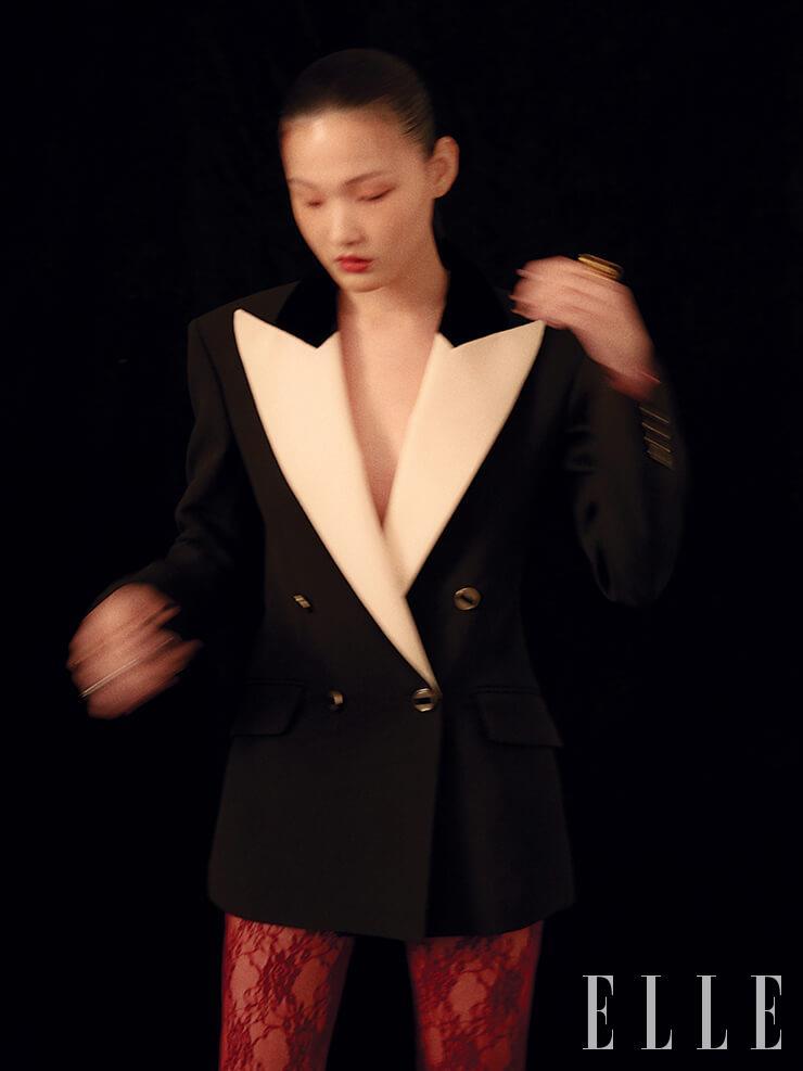 와이드 라펠 재킷은 6백30만원, 레이스 타이즈는 23만원, 모두 Gucci. 나선형 장식의 링은 가격 미정, Jem & Pebbles.