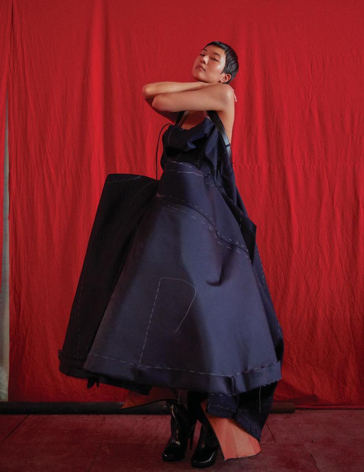 해체주의 기법을 응용한 구조적인 실루엣의 풍성한 뷔스티에 롱 드레스는 가격 미정, Maison Margiela.
