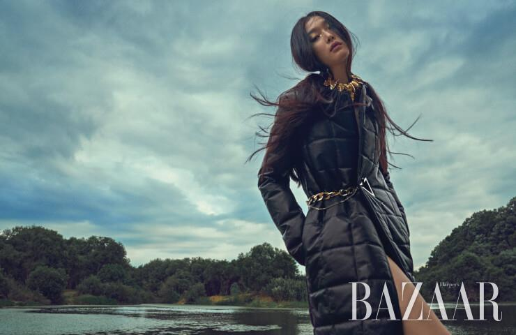 코트는 Bottega Veneta, 초커는 Louis Vuitton.